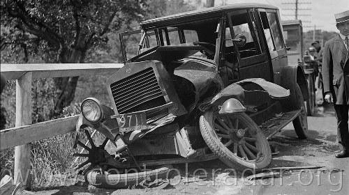 photos de vieilles voitures accidentées