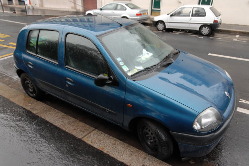 voiture rétroviseur cassé
