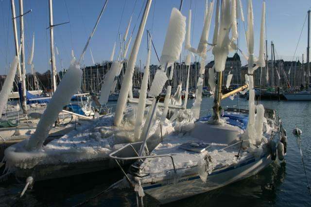 bateaux gelés sur le lac de genève