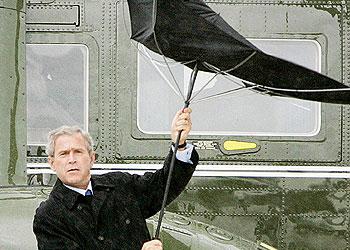 president bush et son hélicoptère dans le vent