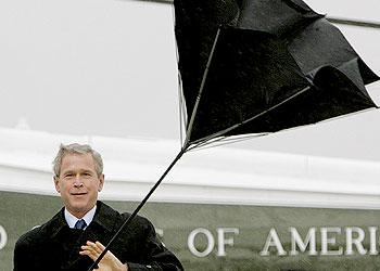 president bush et son parapluie qui s'envole
